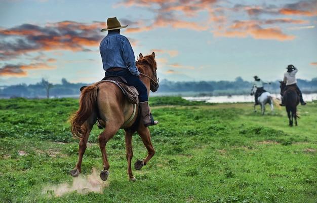 Cowboy a cavalo. rancho Foto Premium