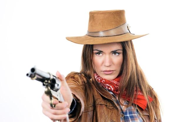 Cowgirl atraente com arma em fundo branco Foto gratuita