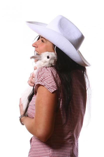 Cowgirl mulher com coelho Foto gratuita