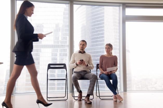 Coworkers, olhar, contratado, promovido, feliz, colega, com, ódio, inveja Foto gratuita