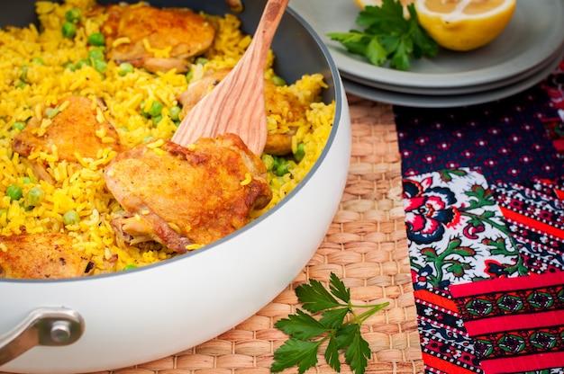 Coxa de frango e arroz com ervilhas verdes Foto Premium