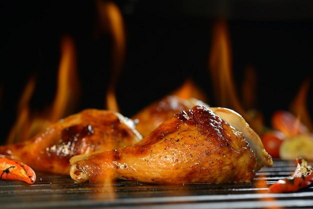 Coxa de frango grelhado na grelha flamejante Foto Premium