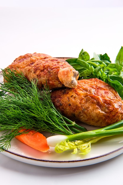 Coxa de frango recheado decorado com cebolinha, cenoura, manjericão e endro Foto Premium