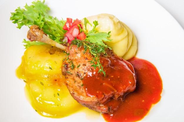 Coxa de peru em molho e purê de batatas Foto gratuita