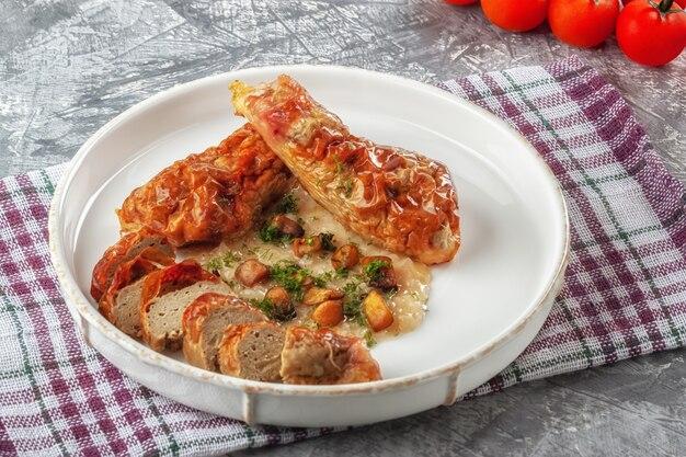 Coxinha de frango com molho de cebola e cogumelos Foto Premium