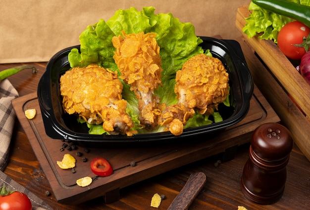 Coxinhas de frango crocante grelhado estilo kfc com bolachas Foto gratuita