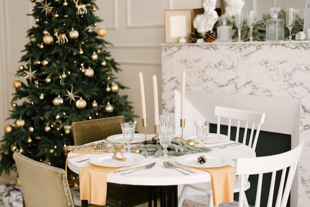 Cozinha com belas decorações de natal. fundo de férias. ano novo Foto Premium