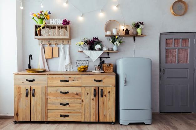 Cozinha com móveis antigos Foto gratuita