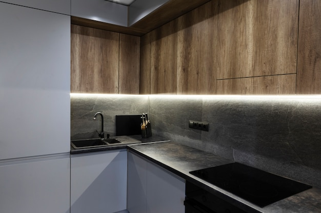 Cozinha de design moderno com luz ambiental Foto Premium