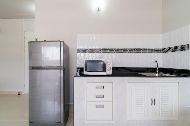 Cozinha de luxo interior com geladeira microondas, tipo de quarto studio de condomínio Foto Premium