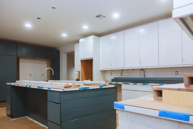 Cozinha instalada em um novo apartamento na frente. Foto Premium