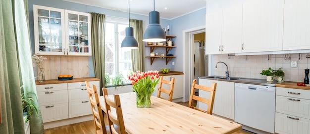 Cozinha interior com móveis Foto Premium