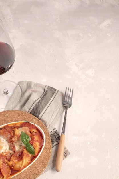 Cozinha italiana, massas planas assadas com molho de tomate e mussarela. Foto Premium