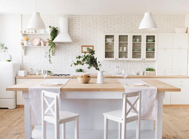 Cozinha moderna acolhedora brilhante com ilha Foto gratuita