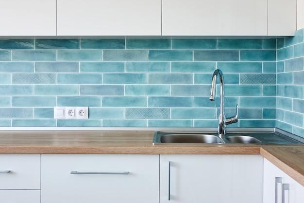 Cozinha moderna de canto azul branco, design de interior limpo com pia Foto Premium