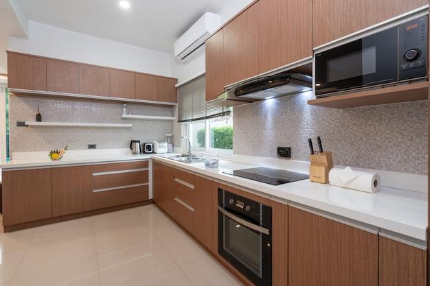 Cozinha ocidental totalmente equipada em casa moderna Foto Premium
