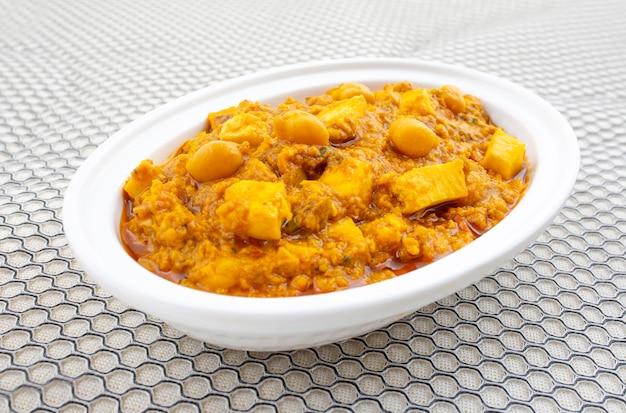 Cozinha saudável do norte da índia chole paneer Foto Premium