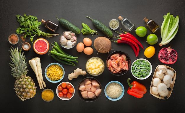 Cozinha tailandesa, tor kor, comida, comida tailandesa, cozinha cambojana, frango tailandês com manjericão, pasta de curry, autêntica, tailândia Foto Premium