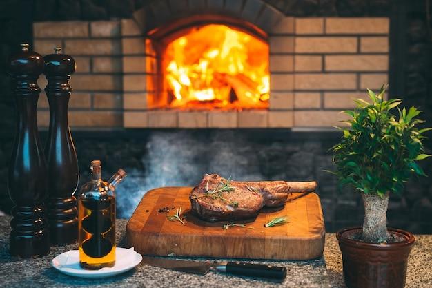 Cozinhar bife em um forno de pedra. Foto Premium