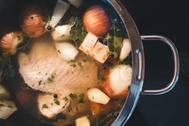 Cozinhar caldo de galinha Foto gratuita