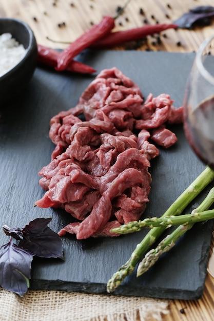 Cozinhar carne crua Foto gratuita