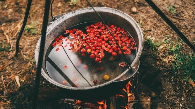 Cozinhar compota de frutas no fogo Foto Premium