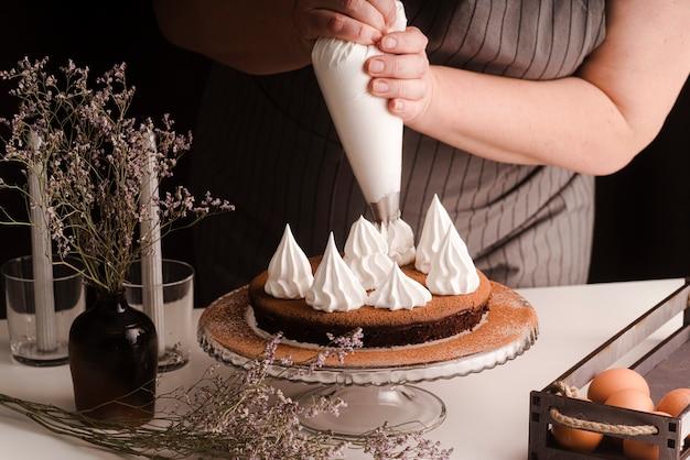 Cozinhar decorar bolo com glacê Foto gratuita