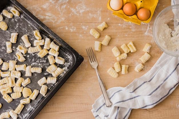 Cozinhar nhoque de batata caseira italiana com ingredientes Foto gratuita