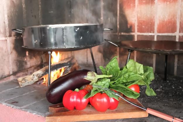 Cozinhar nos discos de arar a terra cozinha típica do pampa argentina Foto Premium