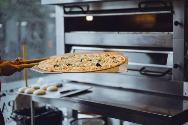 Cozinhar pizza grande Foto gratuita