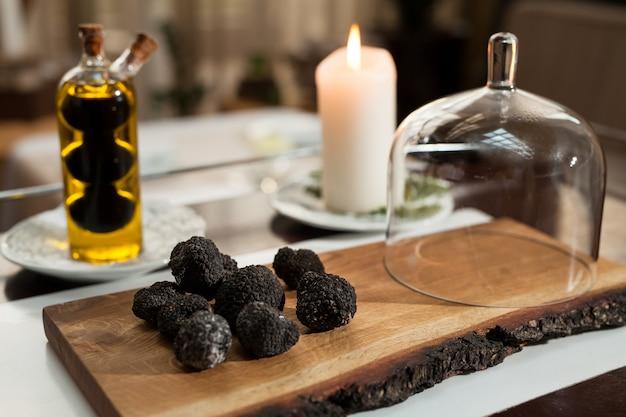 Cozinhar trufas negras em um restaurante Foto Premium