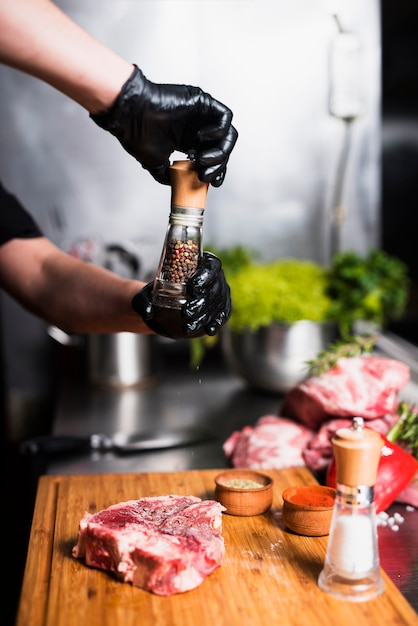 Cozinhe a carne apimentada a bordo Foto gratuita