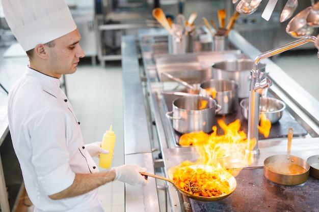 Cozinhe cozinheiros em um restaurante. Foto Premium