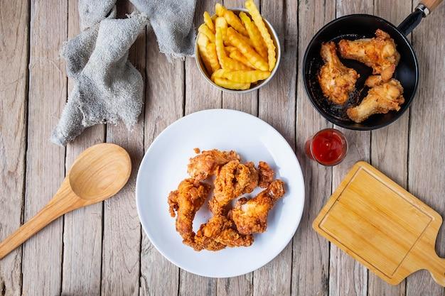Cozinhe o frango frito na tabela na cozinha. Foto Premium