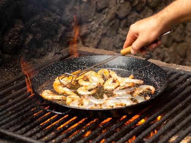 Cozinhe os camarões dobráveis na frigideira Foto gratuita
