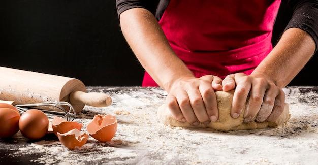 Cozinheiro de close-up fazendo massa Foto gratuita