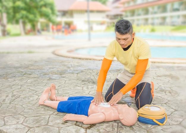 Cpr e aed treinando vítima criança afogando Foto Premium