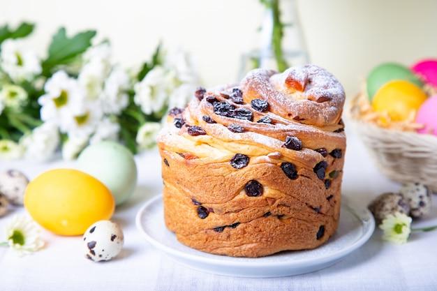 Craffin com passas e frutas cristalizadas. pão de páscoa kulich e ovos pintados. feriado da páscoa. fechar-se. Foto Premium