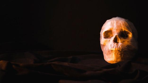 Crânio assustador assustador em saco de plástico Foto gratuita