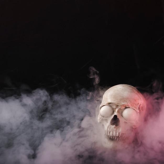 Crânio assustador em fumaça Foto gratuita