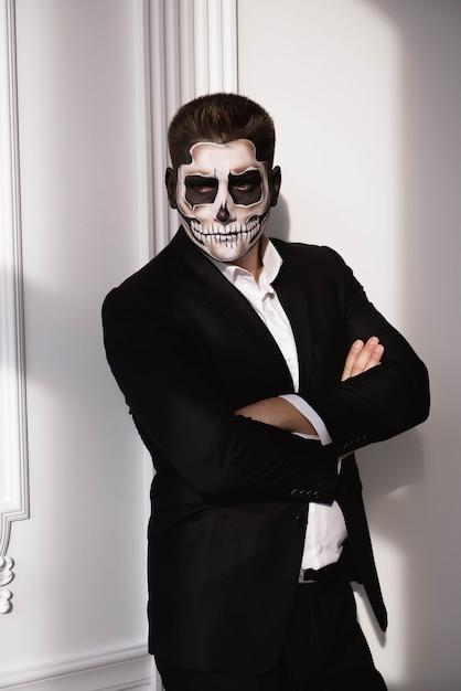 Crânio compõem o retrato do jovem. arte do rosto de halloween Foto Premium