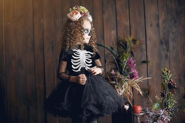 Crânio de açúcar menina fantasia de halloween e maquiagem. festa de halloween. dia dos mortos. Foto gratuita