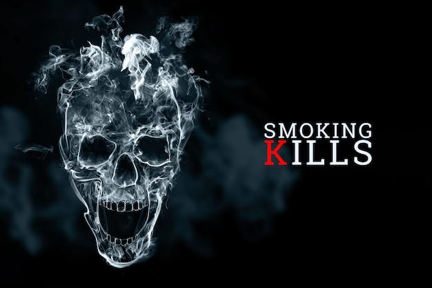 Crânio do fumo de cigarro em um fundo preto. a inscrição fumar mata. Foto Premium