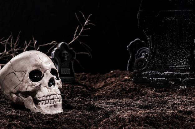 Crânio no cemitério à noite com lápides Foto gratuita