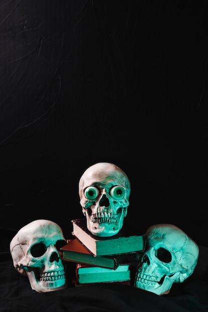 Crânios iluminados por luz verde Foto gratuita