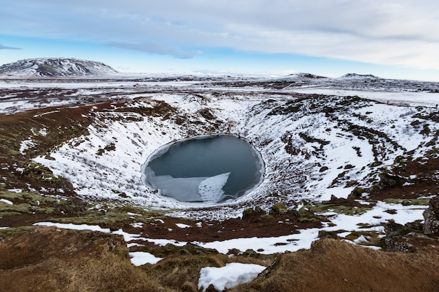 Cratera vulcânica no inverno sob céu nublado Foto Premium