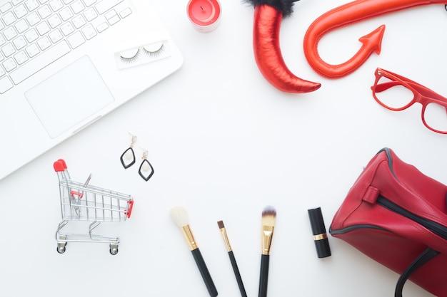 Creative flat lay do conceito de compras em linha de beleza de halloween no fundo branco Foto Premium