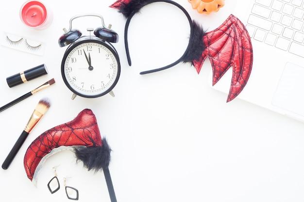 Creative flat lay of halloween conceito de moda no fundo branco Foto Premium