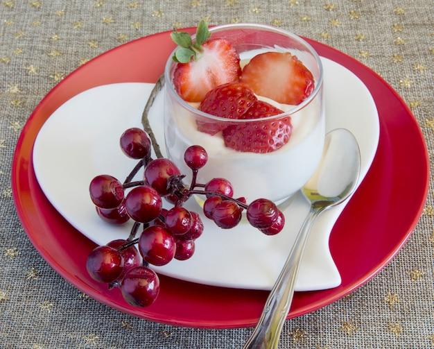 Creme de chocolate branco com morangos Foto Premium