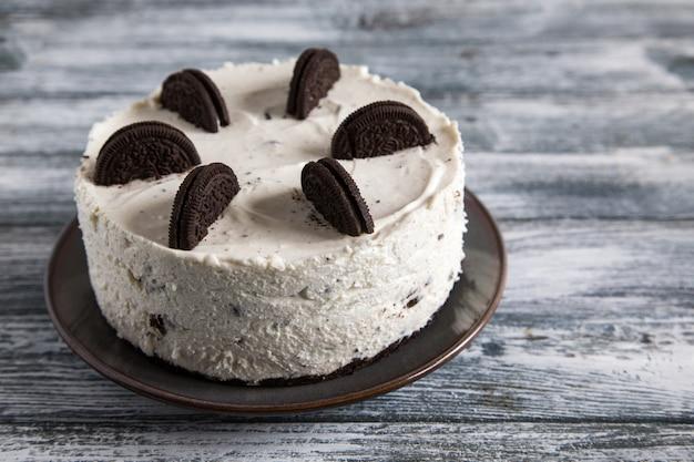 Cremoso não assar bolo de queijo com cookies de chocolate. bolo de biscoito oreo / Foto Premium